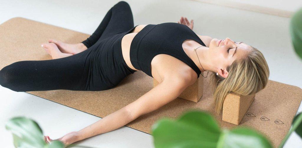 hvordan gjøre yoga hjemme online, yogautstyr hjemmeyoga studio. kork yogablokker