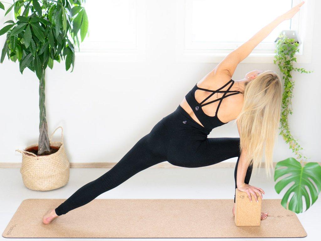 hvordan gjøre yoga hjemme online, yogautstyr hjemmeyoga studio, hvordan bruke kork yogablokk