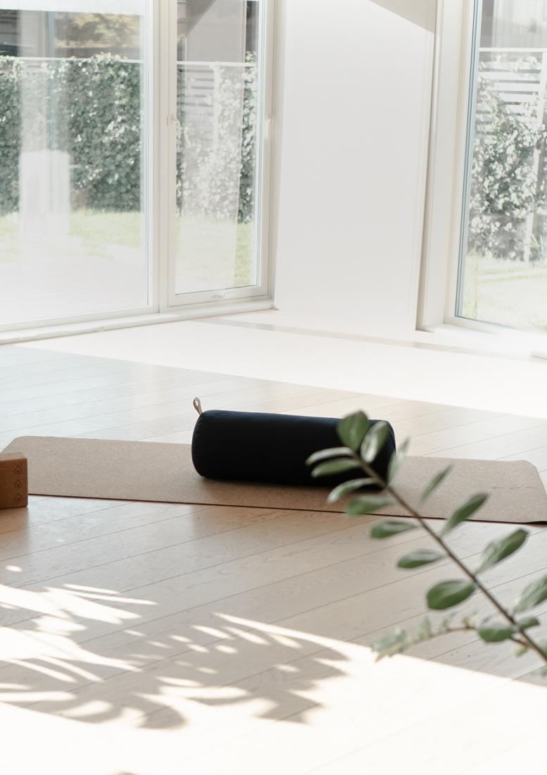 yoga bolster og yoga playlist musikk til yoga. yogautstyr norge nettbutikk