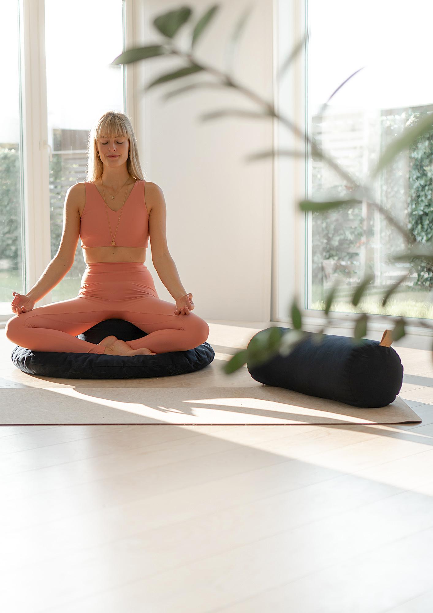 meditasjonspute yogapute yogabolster mørkeblå mediteringspute hvordan meditere rund zafu zabuton sett yogautstyr meditasjonsmatte