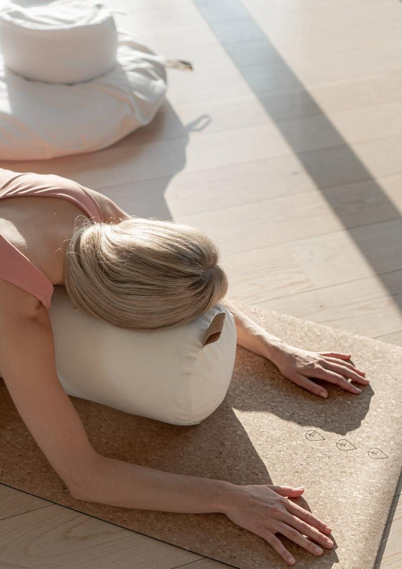 yin yoga øvelser asanas stillinger guide yoga bolster