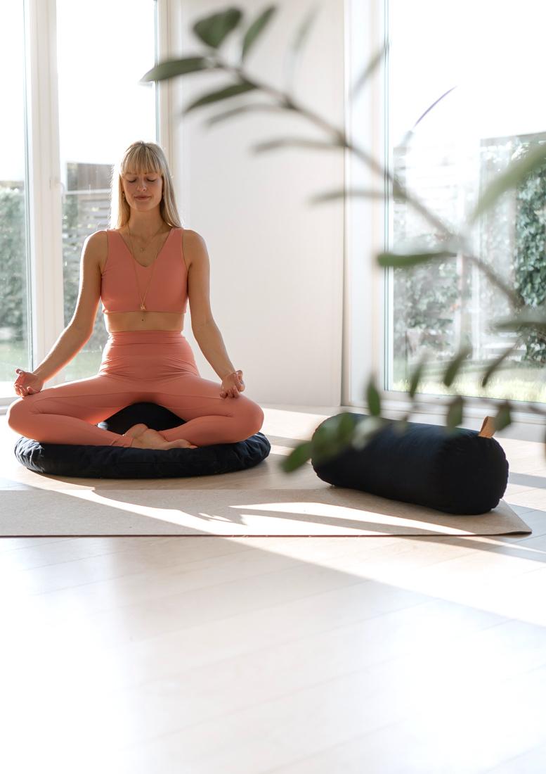 yin restorative yoga bolster hvordan lage hjemme yoga studio, hjemmeyoga, øvelser, yogautstyr, hva er mindfulness, hvordan meditere