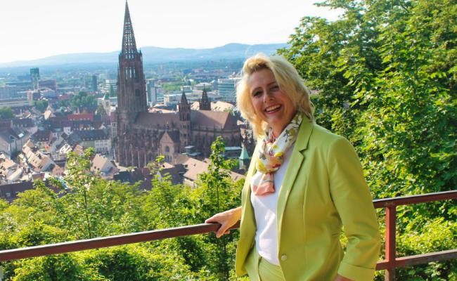 Frisur Foto von Ulrike Hensler vor dem Freiburger Münster
