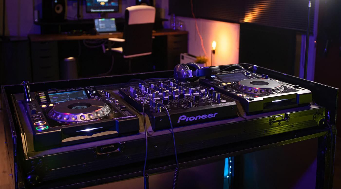 Professionele-dj-set-met-producing-bureau