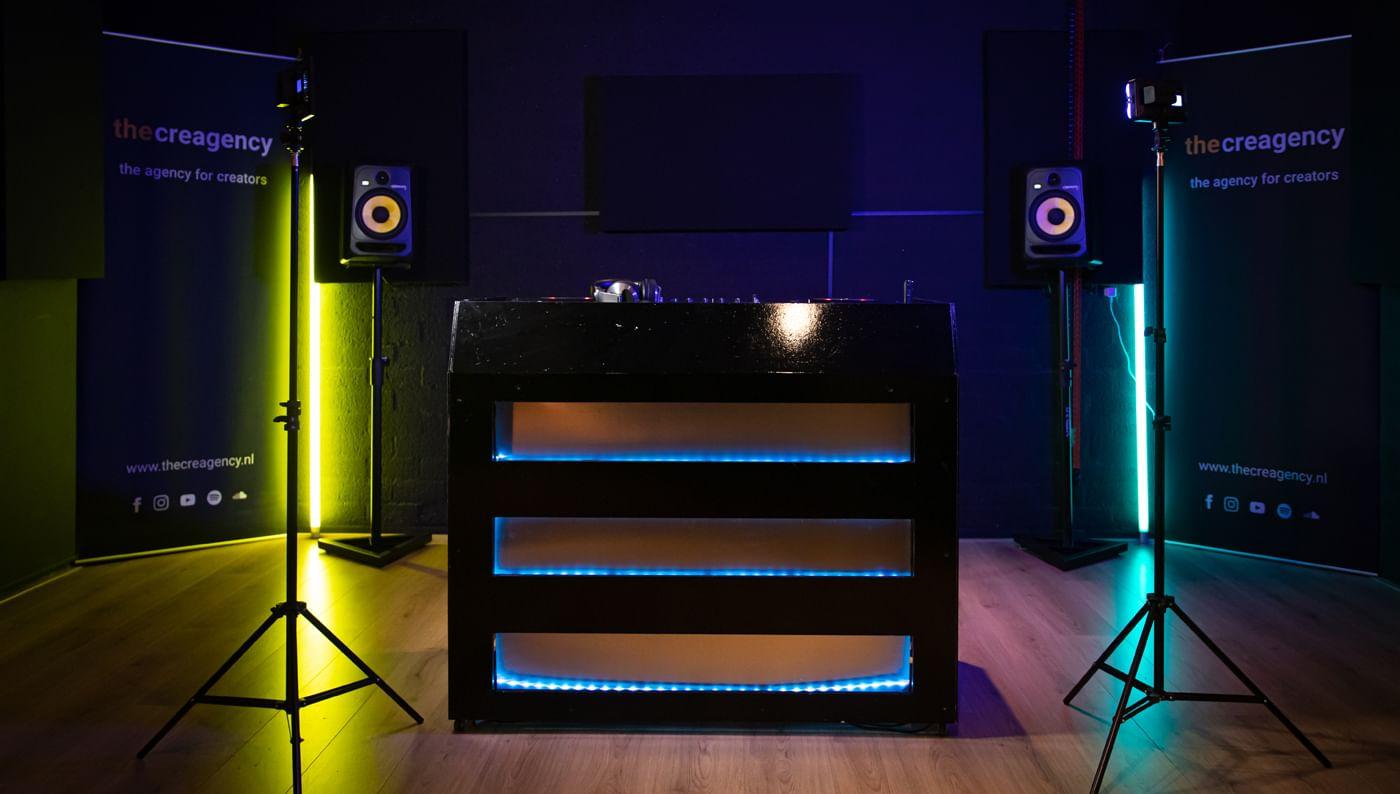 dj-studio-booth-met-speakers-vooraanzicht