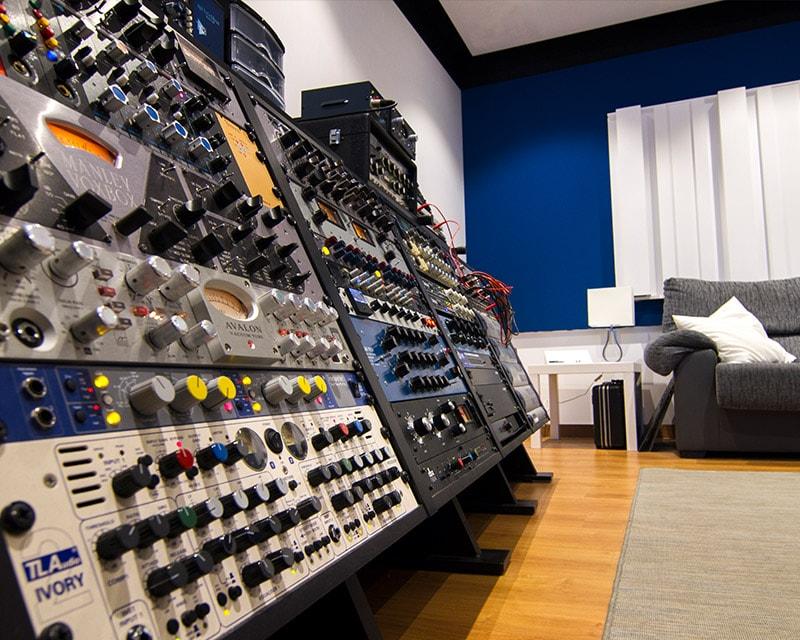 Imagen de parte del equipo disponible en nuestro estudio de grabación