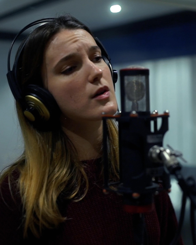 Imagen de una cantante en nustro estudio de grabación