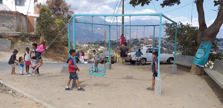 Niños de la comunidad disfrutando el columpio, fotografía de Enlace Fundación