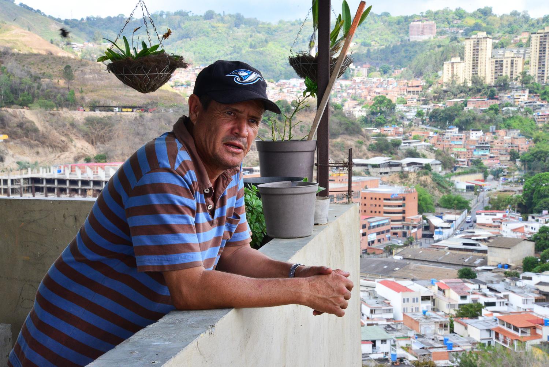 William Díaz en su conuco, fotografía por Gabriel Nass