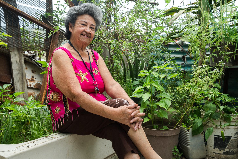 Juana en su patio, fotografía por Gabriel Nass