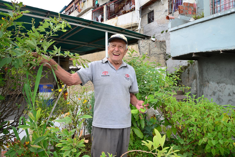 Miguel Méndez en su terraza, fotografía por Gabriel Nass