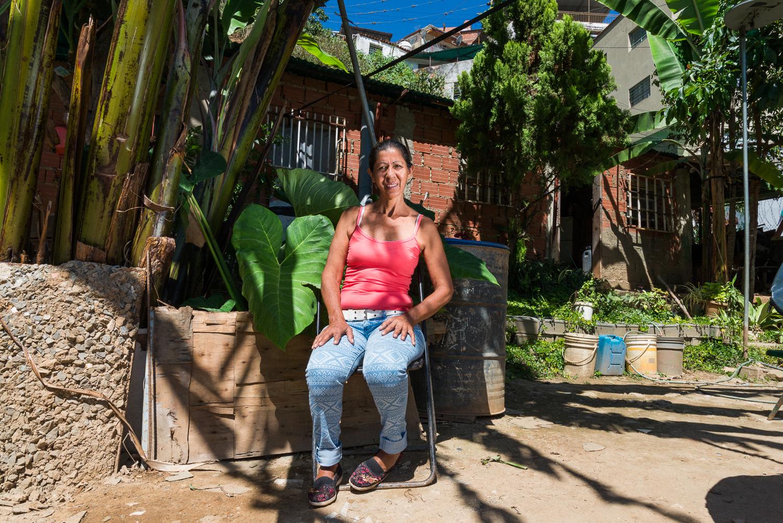 Marilú Barrientos en su conuco, fotografía por Gabriel Nass
