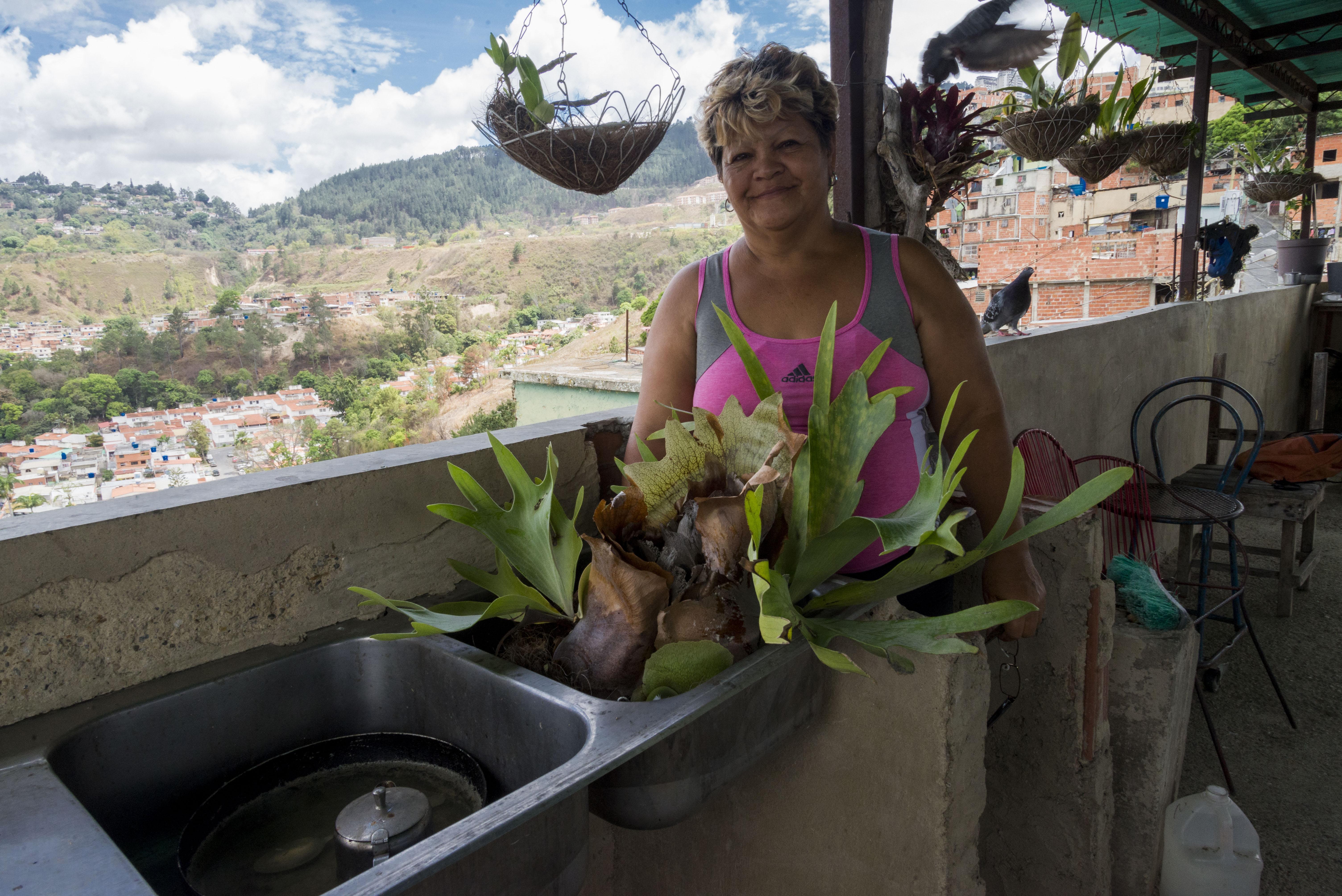 Thaís en su terraza, fotografía por Gabriel Nass