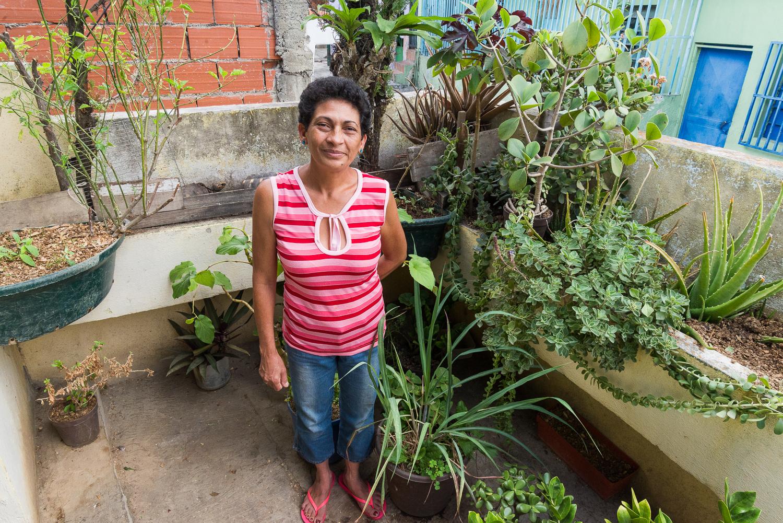 Elizabeth en su jardín, fotografía por Gabriel Nass