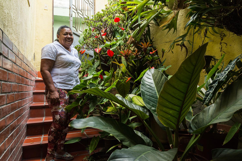Marina en su jardín, fotografía por Gabriel Nass