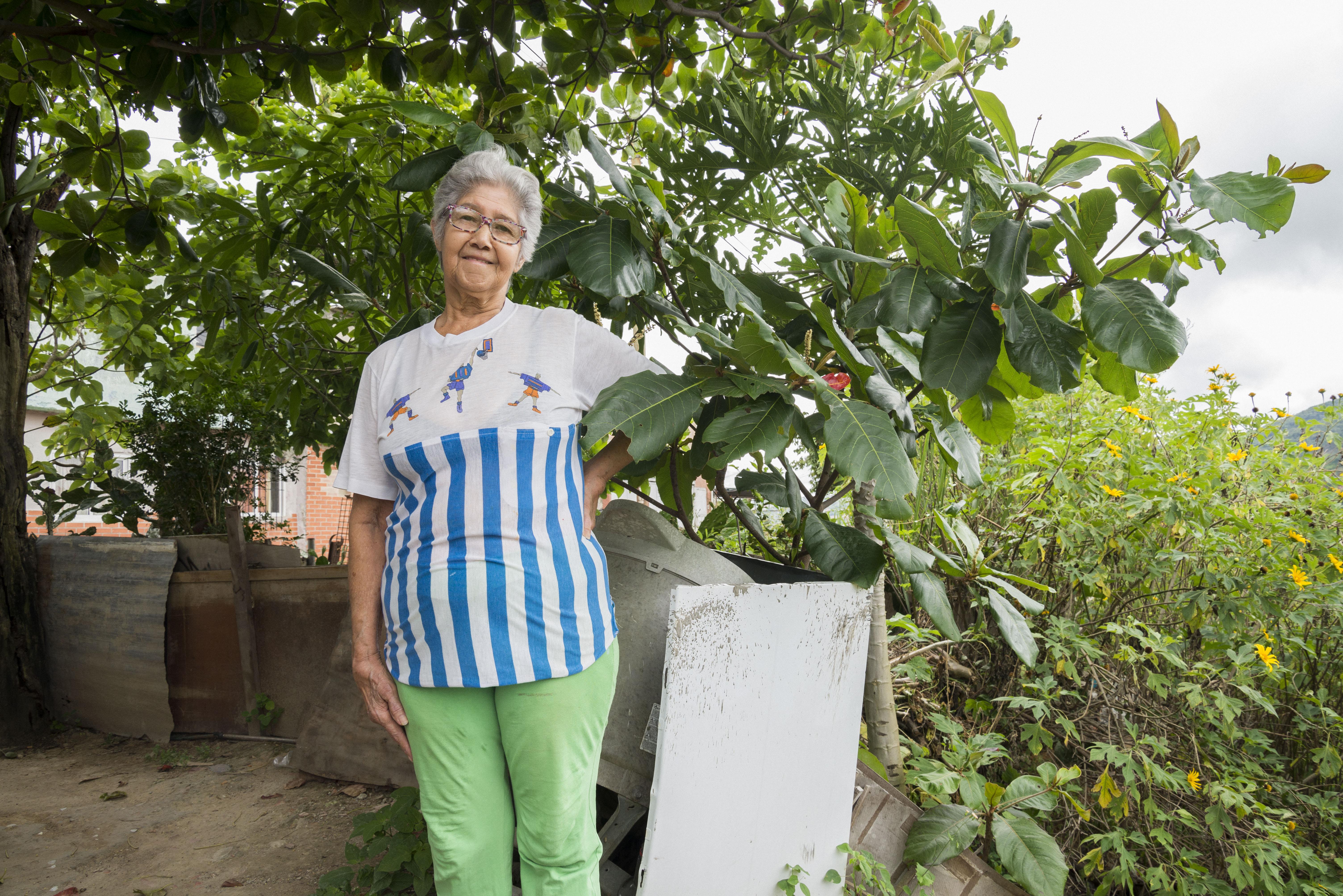 Petra Isabel en su jardín, fotografía por Gabriel Nass
