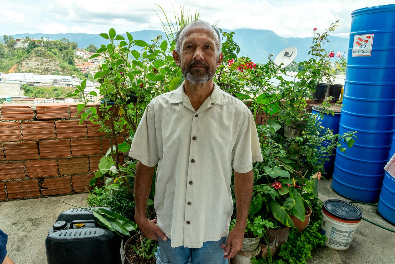 Jorge en su jardín, fotografía por Gabriel Nass