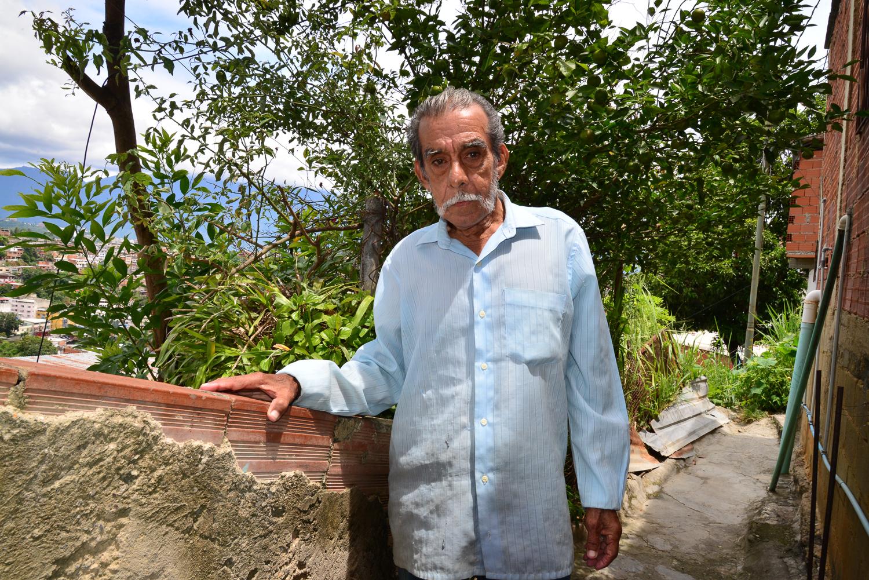 José en su jardín, fotografía por Gabriel Nass