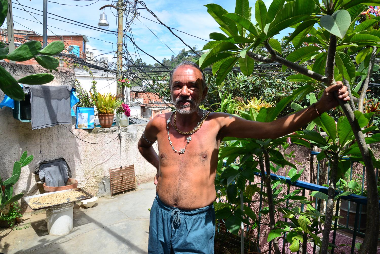 Daniel en su jardín, fotografía por Gabriel Nass