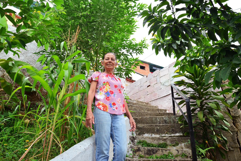 María en las escaleras de su jardín, fotografía por Gabriel Nass