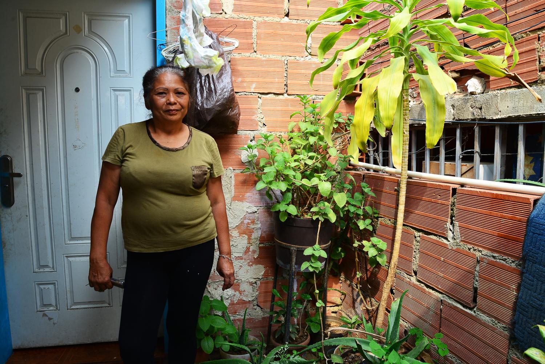 Alicia en su jardín, fotografía por Gabriel Nass