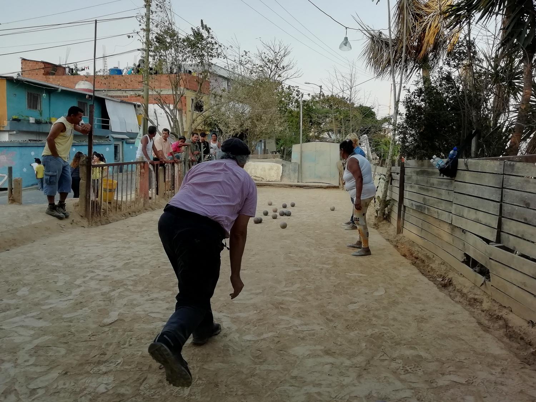 Vecinos jugando bolas criollas