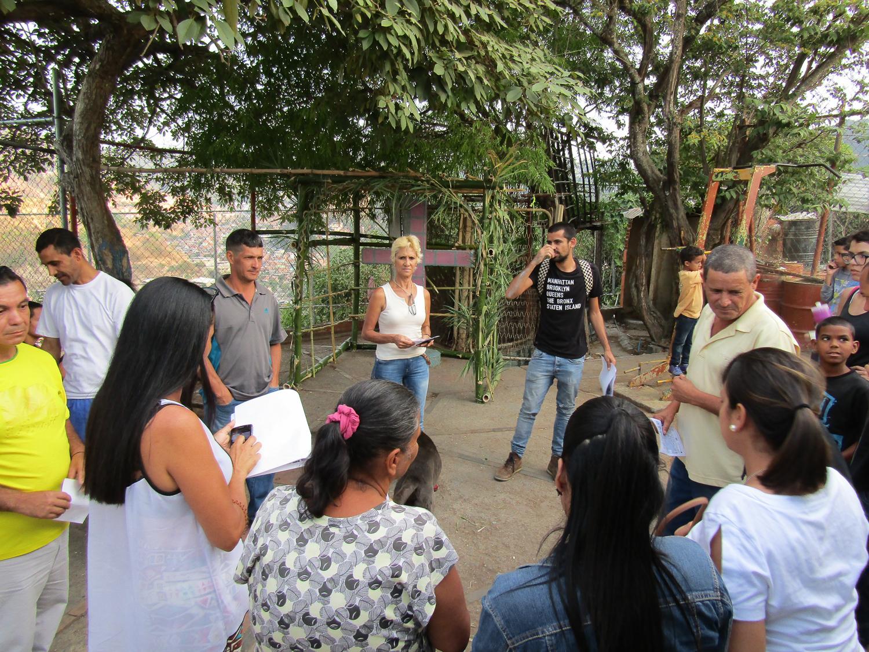 Yris Brito ayudando a organizar a los vecinos en la Plaza de La Cruz