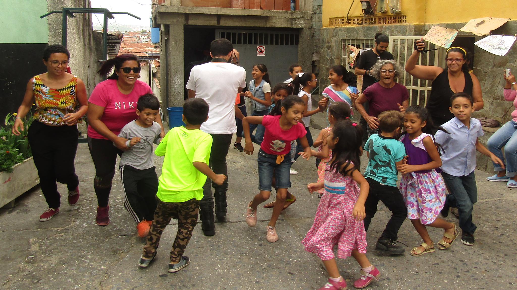 niños correteando durante el taller