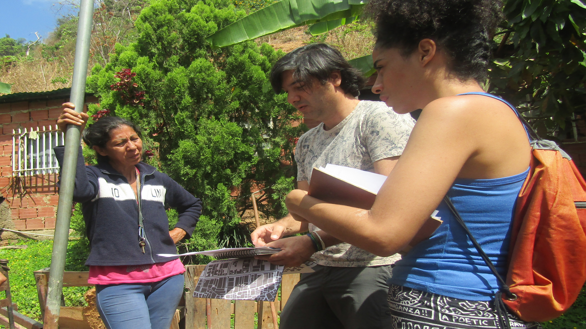 Gabriel Nass, Ambar Armas, y una participante observan mapa del recorrido del taller verde, fotografía por Gabriel Nass