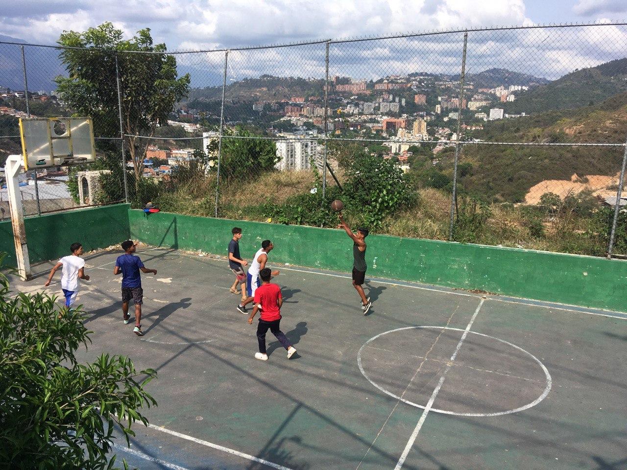Vecinos jugando Básquet en la cancha