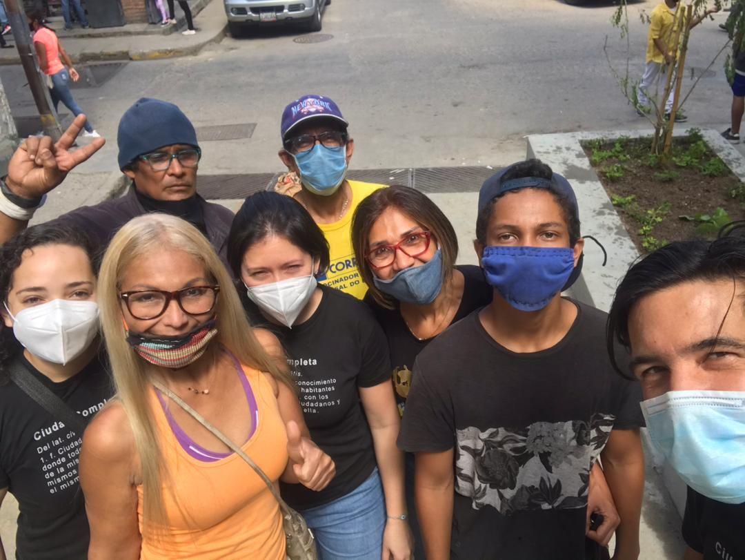 Elvira González junto con miembros del equipo que lograron la construcción de las jardineras en la Calle Salom