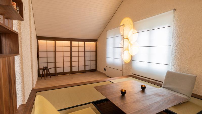 L'angolo tatami con il tavolo affondabile, gli armadi a muro con le porte scorrevoli Foto: Stevan Bukvic