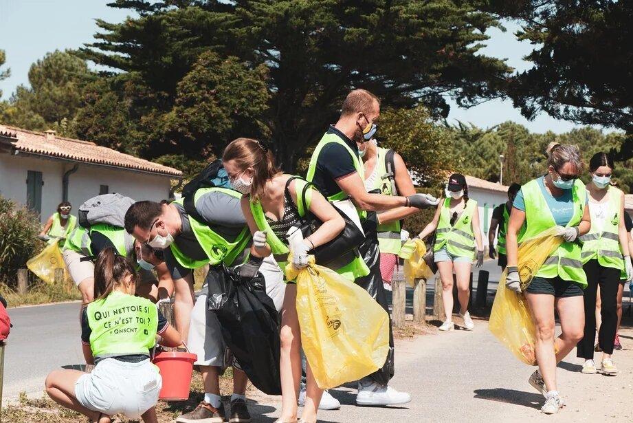 Cleanwalk ou ramassage de déchet organisé par Lakaa pour l'Optic 2000 de Saint-Martin-de-Ré