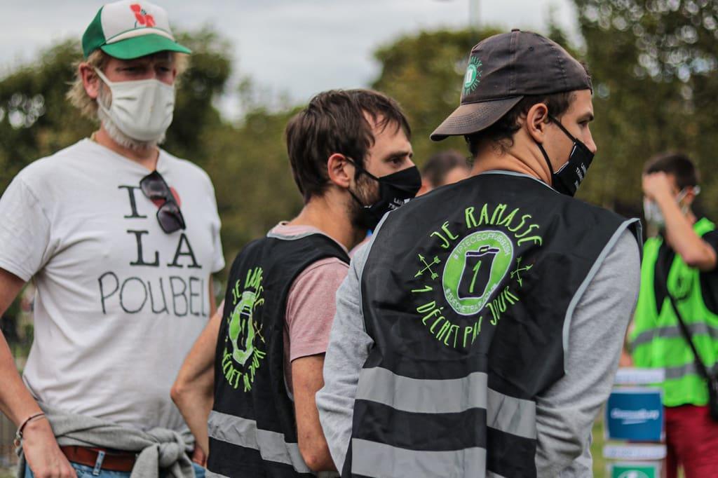 Membres de l'association 1déchetparjour lors d'un événement de ramassage de déchet ou cleanwalk