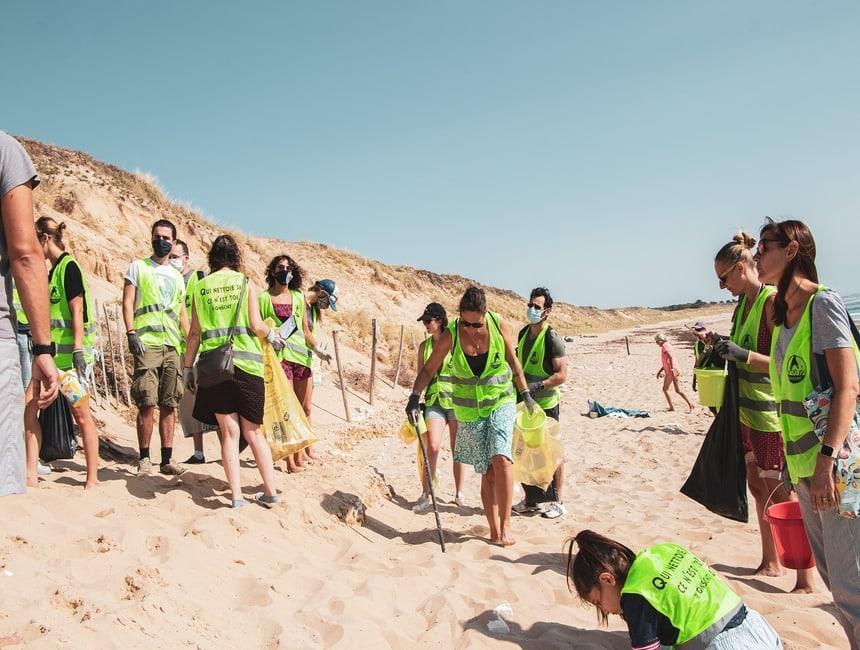 Cleanwalk ou ramassage de déchets organisé par Lakaa pour l'Optic 2000 de Saint-Martin-de-Ré