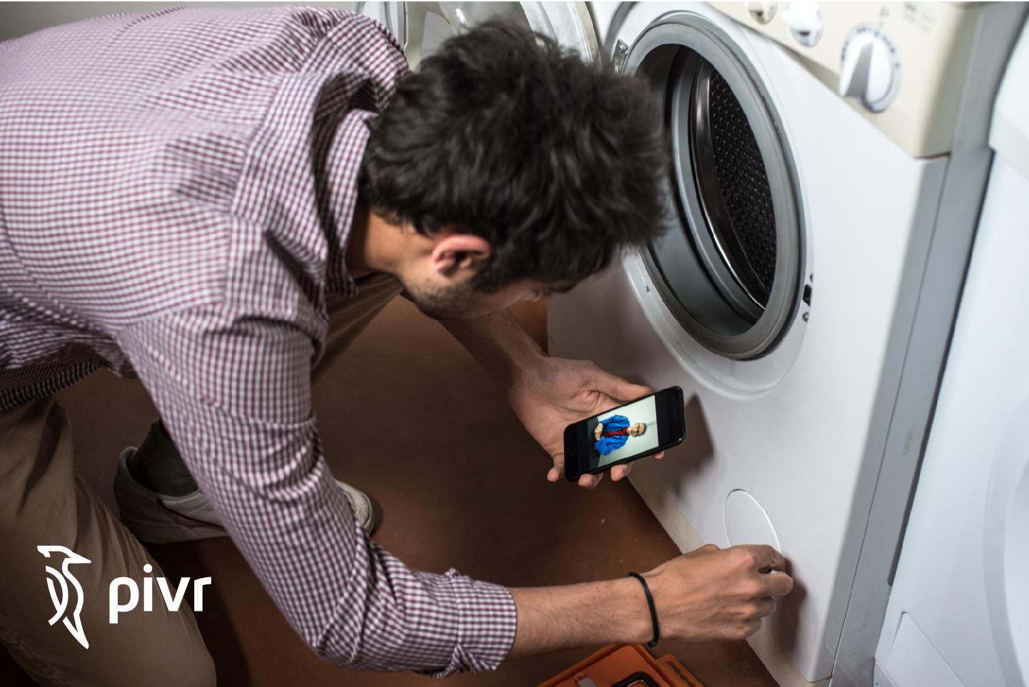homme qui répare son lave-linge par visioconférence