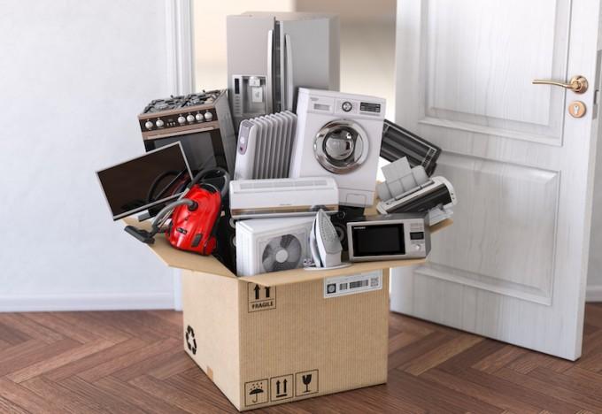 Boîte en carton remplie d'appareils électroménagers