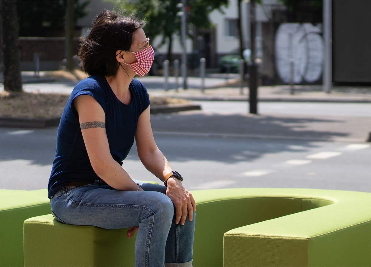 Frau auf Inviting Place Sitzend Stadt Atmosphäre Marke Firmenlogo