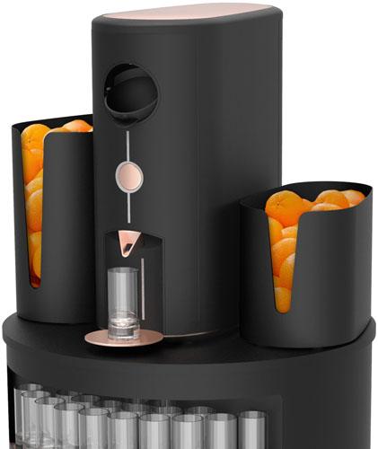 presse-agrumes arcimboldo sur son corner, avec des corbeilles pleines d'oranges