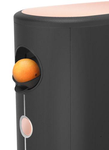 vue de près de l'insertion d'une orange dans le presse-agrumes arcimboldo