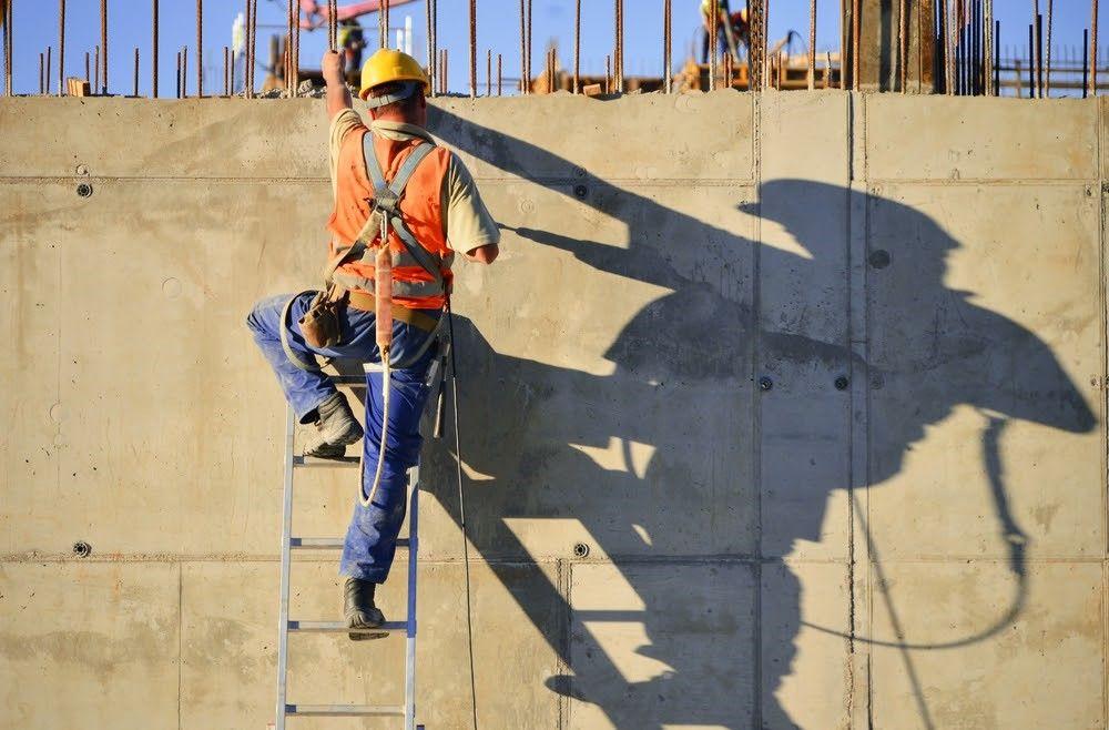 Trabajador de construcción en una escalera.