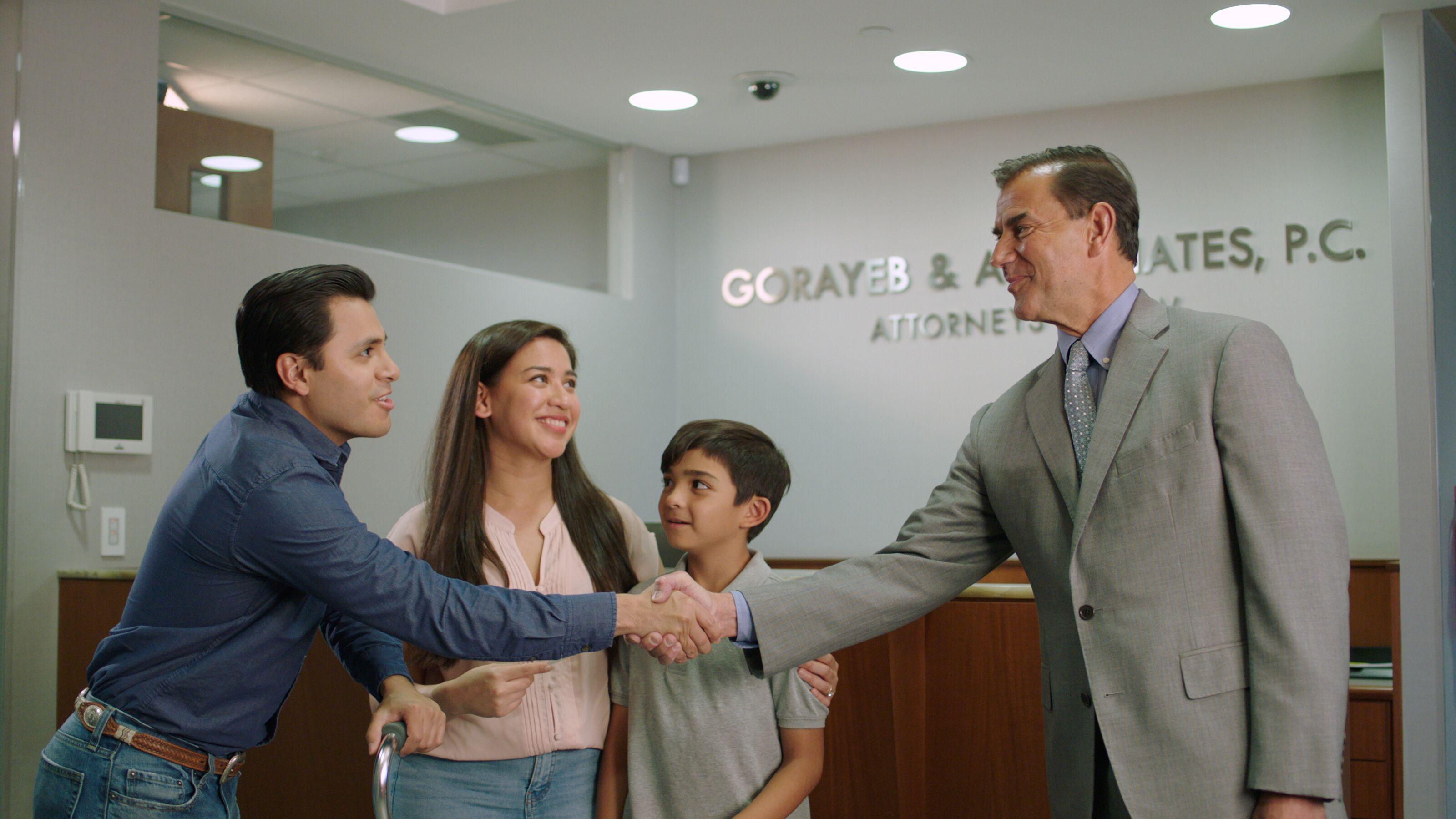 Chris Gorayeb estrechando la mano de una víctima de un accidente de construcción.