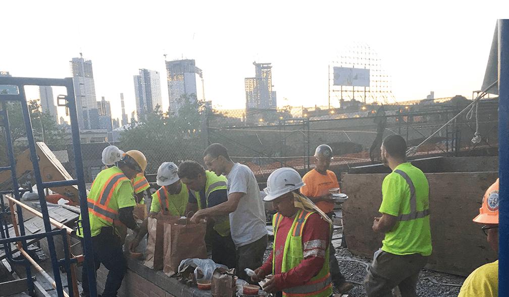 Trabajadores de la construcción que reciben comidas gratis de Gorayeb.