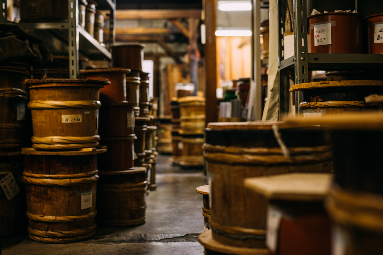 樽がたくさんある漆屋の工房