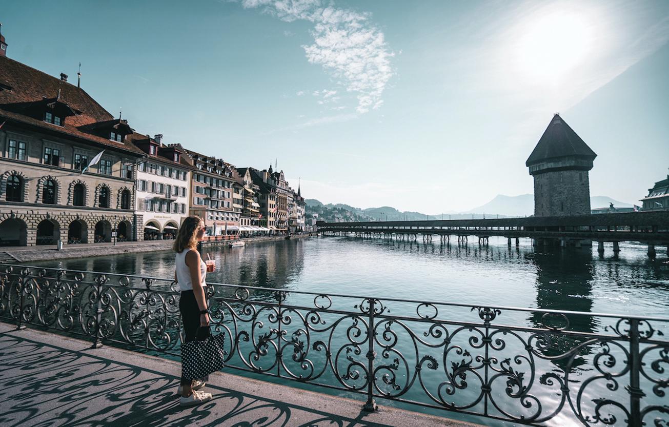 Vera auf einer Brücke in Luzern