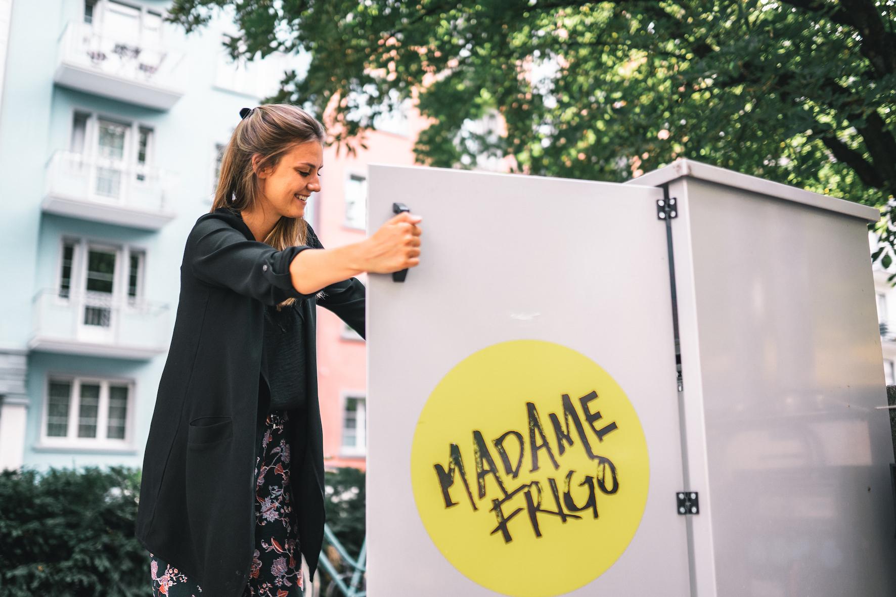Jana öffnet den Kühlschrank