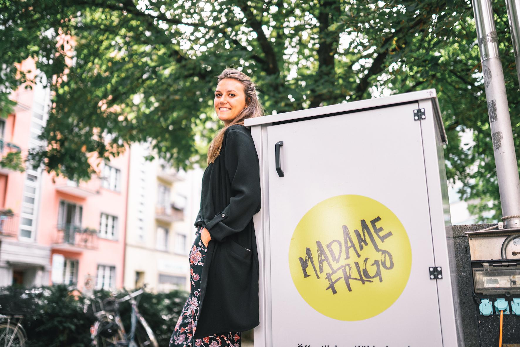Jana vor einem Madame Frigo Kühlschrank.