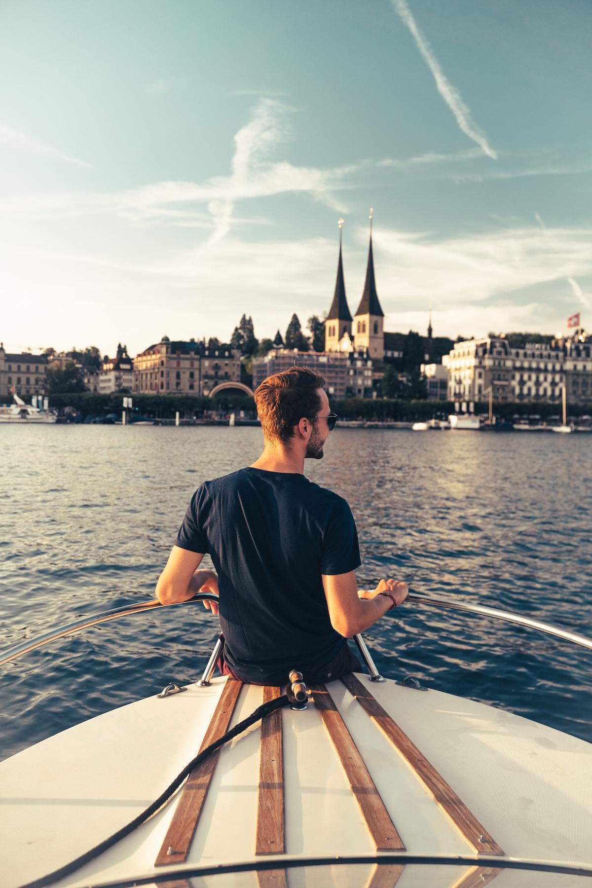 Janick auf einem Boot.