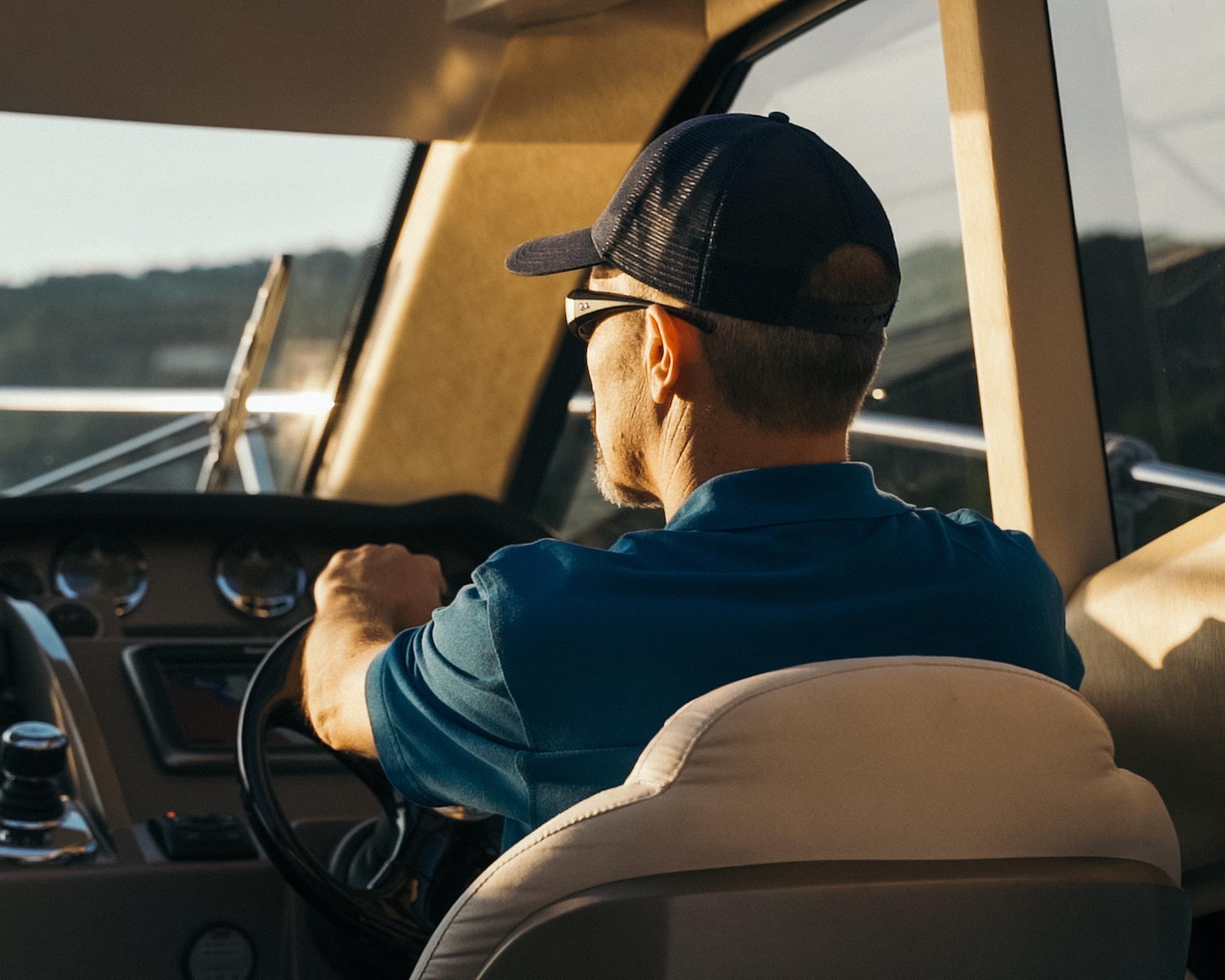 Bootskapitän während dem Sonnenuntergang