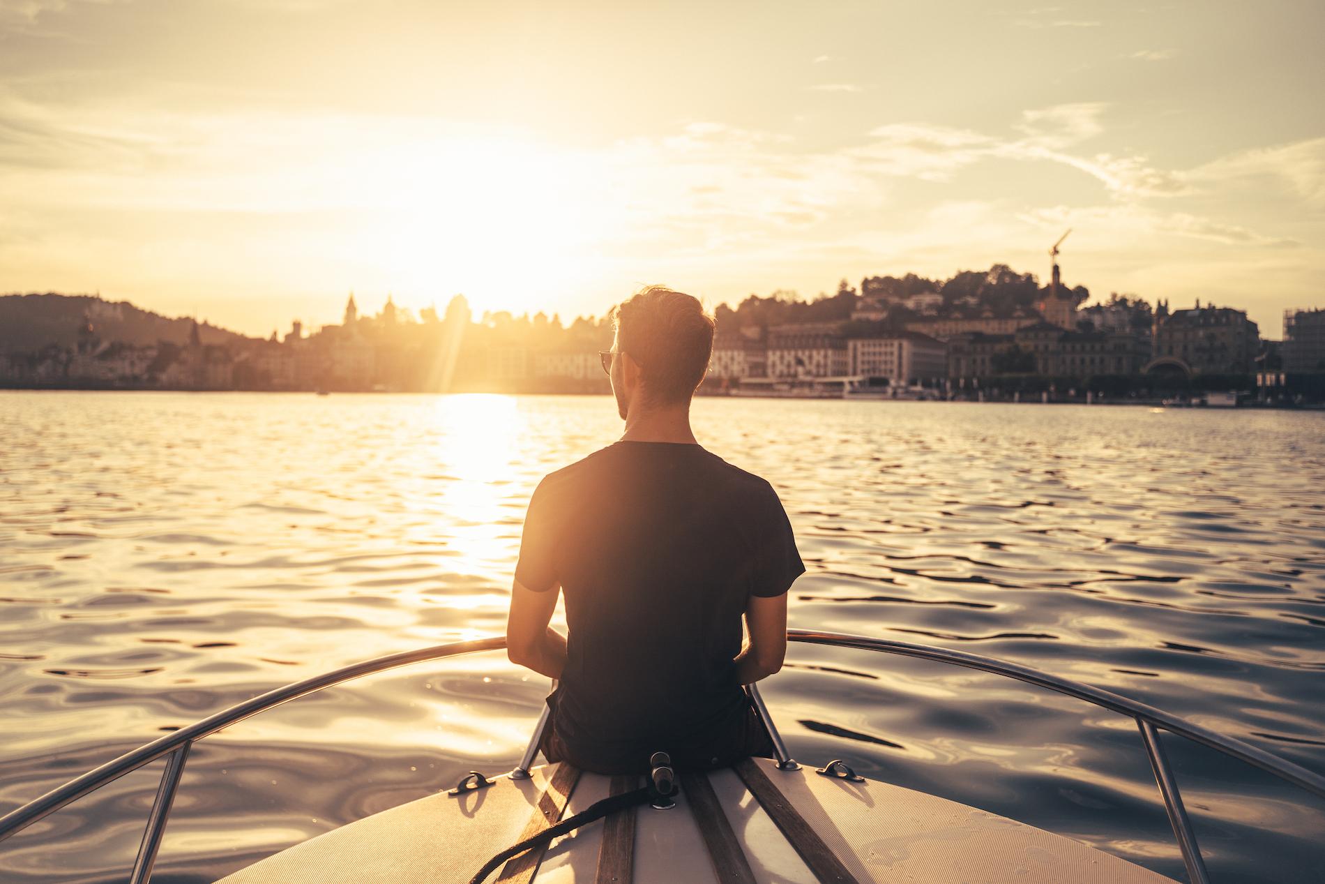 Janik auf einem Boot.